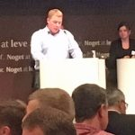 Ønske om flere driftsledere Søren Lund-Petersen meldte sig i debatten med et indlæg om, at der kommer for få driftsledere ud af landbrugsskolerne. Søren opfordrede til, at L&F tager kontakt til Landbrugsskolerne med henblik på, at skolerne producerer flere driftsledere, som reelt kan og vil gå ud i erhvervet og være klar til direkte at overtage landbrug. Svaret fra L & F var ikke helt entydigt. Det medførte, at Søren Lund-Petersen og Johan Schmidt, der er formand for Bygholm Landbrugsskole mente, at der var grund til at følge op på budskabet efterfølgende.